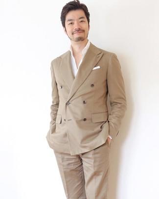 Cómo combinar: blazer cruzado marrón claro, camisa de manga larga blanca, pantalón de vestir marrón claro, pañuelo de bolsillo blanco