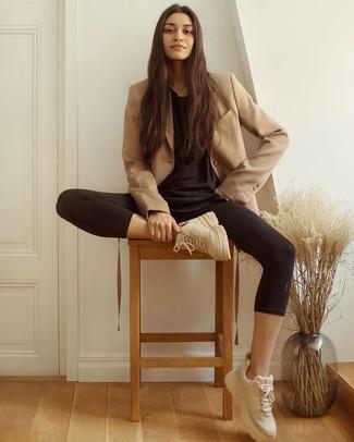 Cómo combinar: blazer cruzado marrón claro, camiseta con cuello circular negra, leggings negros, deportivas en beige