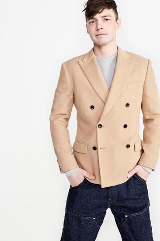 Cómo combinar: blazer cruzado marrón claro, jersey con cuello circular gris, vaqueros azul marino
