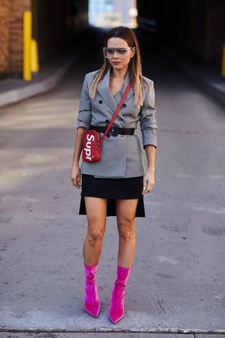 Cómo combinar: blazer cruzado a cuadros gris, minifalda negra, botines de terciopelo rosa, bolso bandolera de cuero rojo