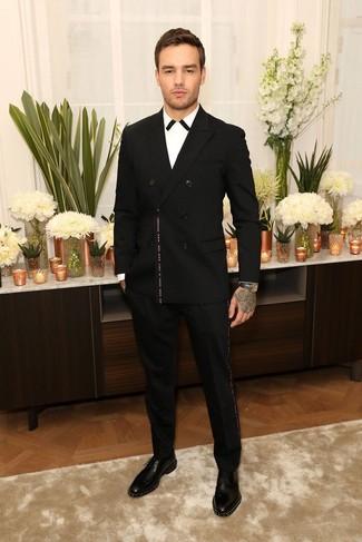 Cómo combinar: blazer cruzado negro, camisa de vestir en blanco y negro, pantalón de vestir negro, zapatos derby de cuero con tachuelas negros