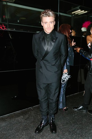 Cómo combinar: blazer cruzado negro, camisa de vestir negra, pantalón de vestir negro, botines chelsea de cuero negros