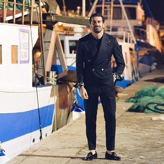 Cómo combinar: blazer cruzado negro, camiseta con cuello circular negra, pantalón de vestir negro, mocasín de ante bordado negro