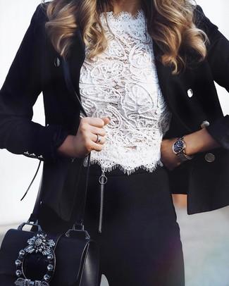 Cómo combinar: blazer cruzado negro, top corto de encaje blanco, leggings negros, bolso bandolera de cuero con adornos negro