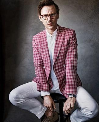 Cómo combinar: blazer cruzado de tartán rojo, camisa de manga larga de lino blanca, pantalón de vestir de lino blanco, zapatos derby de cuero marrónes