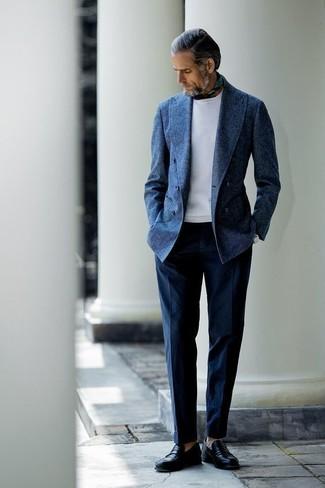 Cómo combinar: blazer cruzado de lana azul marino, sudadera blanca, pantalón de vestir azul marino, mocasín de cuero negro