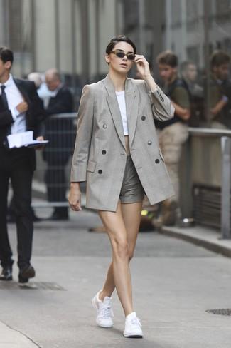 Cómo combinar: blazer cruzado de tartán gris, top corto blanco, pantalones cortos a cuadros grises, tenis de cuero blancos