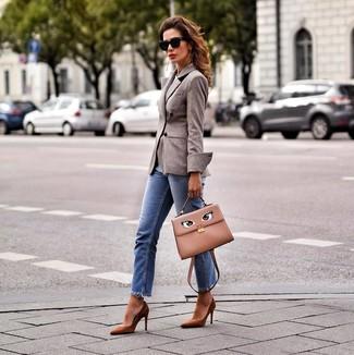 Cómo combinar: blazer cruzado de lana marrón, vaqueros azules, zapatos de tacón de ante marrónes, bolso de hombre de cuero marrón claro