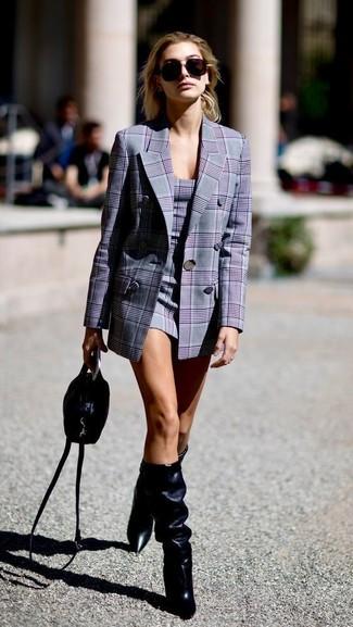 Cómo combinar: blazer cruzado de tartán gris, vestido tubo de tartán gris, botas de caña alta de cuero negras, bolso bandolera de cuero negro