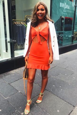 Cómo combinar: blazer cruzado blanco, vestido tubo con recorte naranja, sandalias de tacón de cuero en verde menta, bolso bandolera de cuero estampado en marrón oscuro