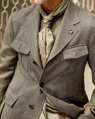 Cómo combinar: blazer de espiguilla gris, jersey con cuello circular verde oliva, bufanda estampada verde oliva