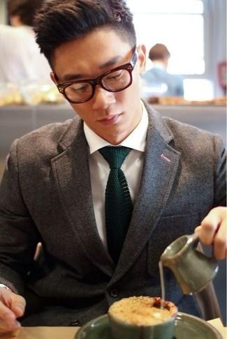 Cómo combinar: blazer de espiguilla marrón, camisa de vestir blanca, corbata de punto verde oscuro