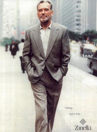 Cómo combinar: blazer de lana gris, camisa de manga larga en beige, pantalón de vestir gris