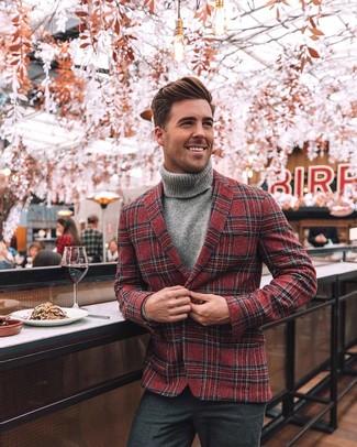 Cómo combinar: blazer de lana de tartán rojo, jersey de cuello alto gris, pantalón de vestir de lana en gris oscuro