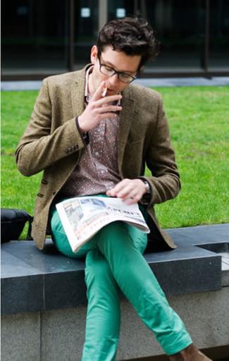 Cómo combinar: blazer de lana verde oliva, camisa de manga larga con print de flores rosada, pantalón chino en verde menta