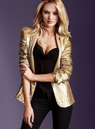 Cómo combinar: blazer de lentejuelas dorado, blusa sin mangas negra, vaqueros pitillo negros