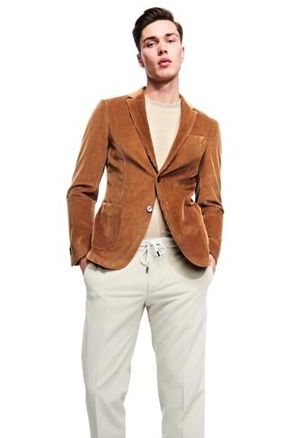Cómo combinar: blazer de pana en tabaco, jersey con cuello circular en beige, pantalón de vestir de pana en beige