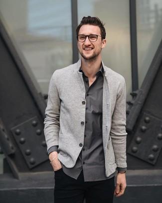 Cómo combinar: blazer de punto gris, camisa de manga larga en gris oscuro, pantalón chino negro