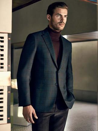 Cómo combinar: blazer de tartán verde oscuro, jersey de cuello alto en marrón oscuro, pantalón de vestir de terciopelo negro