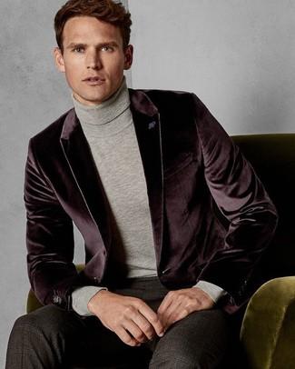 Cómo combinar: blazer de terciopelo burdeos, jersey de cuello alto gris, pantalón de vestir de tartán en marrón oscuro