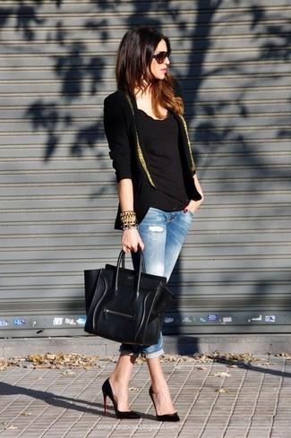 Harmonise un blazer noir et doré avec un jean skinny déchiré bleu clair pour une tenue raffinée mais idéale le week-end. Jouez la carte classique pour les chaussures et complète cet ensemble avec une paire de des escarpins en cuir noirs.