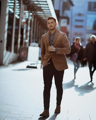 How to wear: tobacco blazer, grey denim shirt, black skinny jeans, dark brown suede chelsea boots