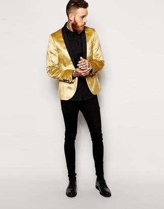 Cómo combinar: blazer de terciopelo dorado, camisa de vestir negra, vaqueros pitillo negros, zapatos derby de cuero negros