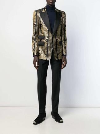 Cómo combinar: blazer de brocado dorado, jersey de cuello alto azul marino, pantalón de vestir negro, botines chelsea de ante negros