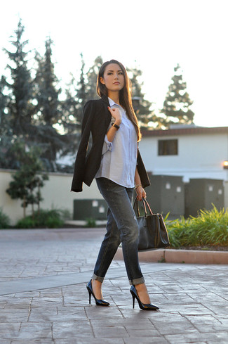 If you're after a casual yet totally stylish ensemble, wear a black blazer and black boyfriend jeans. Both garments are totally comfy and will look fabulous together. Make black leather pumps your footwear choice to instantly up the chic factor of any outfit. It goes without saying that this one makes for a great, spring-appropriate ensemble.