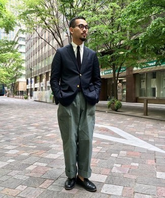 How to Wear Dark Green Cargo Pants: Why not reach for a navy blazer and dark green cargo pants? As well as totally practical, these items look awesome married together. Make a bit more effort with shoes and slip into a pair of black leather loafers.