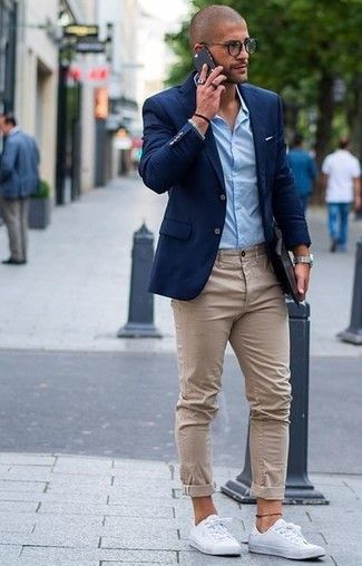 No matter where you go over the course of the day, you'll be stylishly prepared in a blue sport coat and cream chinos. Make white low top sneakers your footwear choice for a more relaxed feel.
