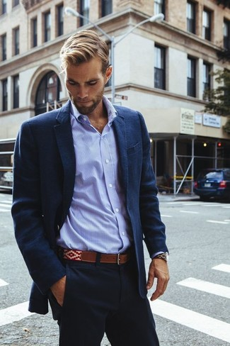Pairing a navy cotton blazer with navy chinos is an on-point option for a day in the office. A knockout look like this one is just what you need when sunny days set in.