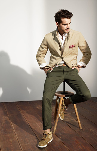 How to Wear a Beige Cotton Blazer In Your 20s In Warm Weather For Men: Teaming a beige cotton blazer and olive chinos is a surefire way to infuse style into your styling collection. Let your styling skills truly shine by completing this outfit with a pair of olive suede desert boots.
