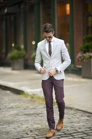 This combination of a grey sportcoat and burgundy chino pants is perfect for a night out or smart-casual occasions. Oxford shoes will add elegance to an otherwise simple look.