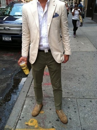 How to Wear a Beige Blazer For Men: A beige blazer and olive chinos: this is it, you've found the ensemble of your dreams. On the fence about how to complete this outfit? Rock tan suede brogues to dial it up.