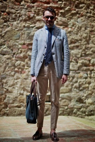 How to Wear a Light Blue Blazer For Men: This combo of a light blue blazer and khaki chinos couldn't possibly come across as anything other than incredibly sharp and casually classic. A pair of dark brown leather tassel loafers will give an elegant twist to this ensemble.