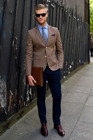 If you're a fan of classic pairings, then you'll like this combination of a brown sportcoat and dark blue chino pants. Take a classic approach with the footwear and go for a pair of oxford shoes.