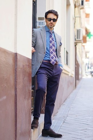 How to Wear Dark Brown Suede Oxford Shoes: A grey blazer and navy chinos are the kind of a fail-safe combination that you need when you have zero time. A pair of dark brown suede oxford shoes instantly kicks up the style factor of this outfit.