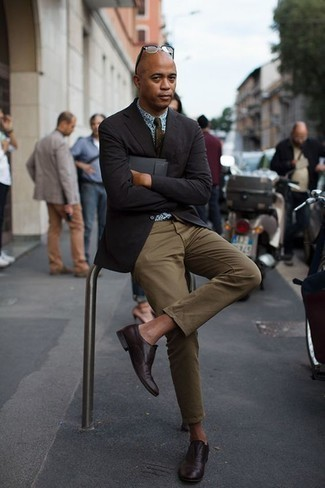 How to Wear Olive Chinos: We love the way this classic and casual pairing of a black blazer and olive chinos instantly makes any man look on-trend. When it comes to shoes, go for something on the classier end of the spectrum and round off this ensemble with burgundy leather oxford shoes.