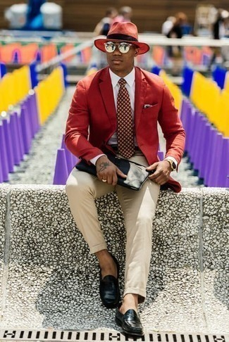 How to Wear a Burgundy Print Tie For Men: Show off your refined side in a red blazer and a burgundy print tie. This ensemble is completed nicely with black leather loafers.