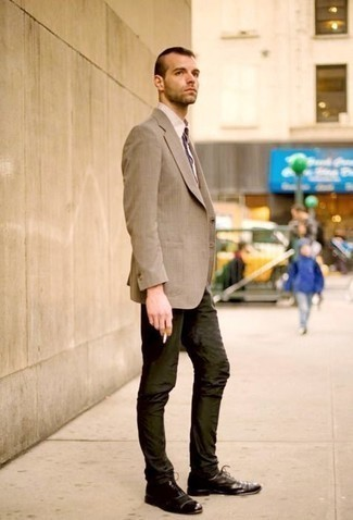 How to Wear Dark Green Chinos: This combo of a tan blazer and dark green chinos is a tested option when you need to look sharp but have zero time. As for the shoes, you can go down a classier route with a pair of dark brown leather oxford shoes.