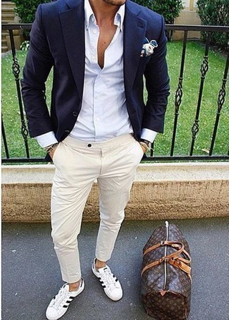 Dark Brown Leather Holdall Outfits For Men: A navy blazer and a dark brown leather holdall are essential in any modern gent's great off-duty arsenal. To add a bit of zing to your getup, introduce white and black canvas low top sneakers to the equation.