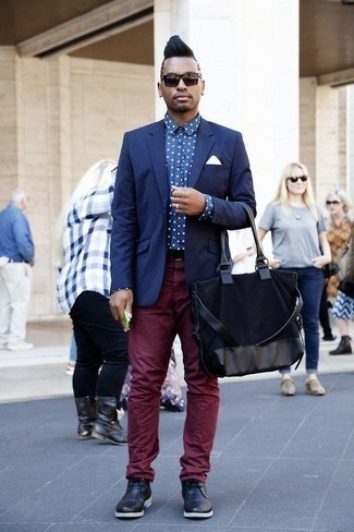 How to Wear a Navy Canvas Tote Bag For Men: If you enjoy functional combinations, choose a navy blazer and a navy canvas tote bag. Don't know how to round off this getup? Round off with a pair of black leather desert boots to smarten it up.