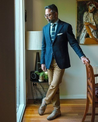 Beige Suede Desert Boots Outfits: A navy wool blazer and khaki chinos are among those sport-anywhere-anytime items that have become the absolute wardrobe heroes in our menswear collections. Introduce a pair of beige suede desert boots to this ensemble and you're all set looking awesome.