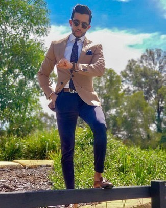Blue Pocket Square Outfits: To assemble an off-duty outfit with an urban twist, you can easily wear a tan blazer and a blue pocket square. To give this ensemble a sleeker touch, why not complement this look with a pair of brown leather tassel loafers?