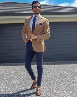 Blue Pocket Square Outfits: This laid-back pairing of a tan blazer and a blue pocket square is a never-failing option when you need to look stylish but have no extra time to assemble a look. Brown leather tassel loafers are an easy way to breathe a dose of class into this ensemble.