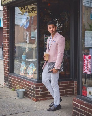 Light Blue Pocket Square Outfits: For a modern casual outfit without the need to sacrifice on functionality, we love this combo of a pink blazer and a light blue pocket square. Dark brown leather loafers are a surefire way to breathe an added touch of class into this outfit.