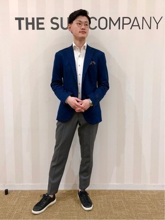 Men's Outfits 2021: This pairing of a navy blazer and a white dress shirt can only be described as devastatingly sharp and polished. Let your styling credentials really shine by finishing your getup with black leather low top sneakers.