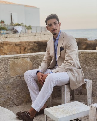 Beige Blazer Outfits For Men: A beige blazer and white chinos are a combo that every stylish gentleman should have in his closet. Let your outfit coordination chops really shine by finishing with a pair of dark brown suede boat shoes.