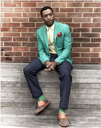How to Wear Green Socks For Men: A mint blazer and green socks are a bold casual combination that every style-conscious guy should have in his casual rotation. Flaunt your sophisticated side by finishing with brown canvas oxford shoes.